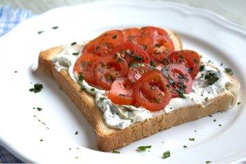 Tomate-Basilikum-Sandwich