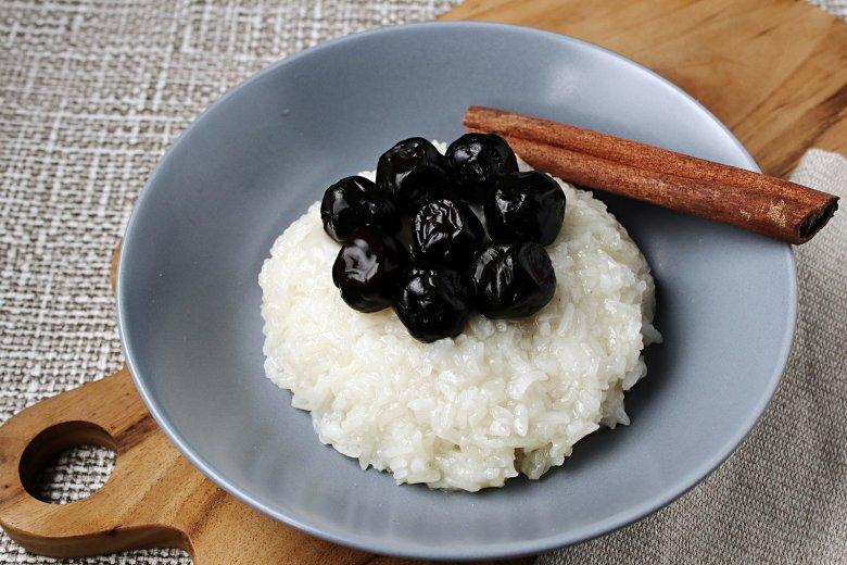 Dicker Reis mit Pflaumen