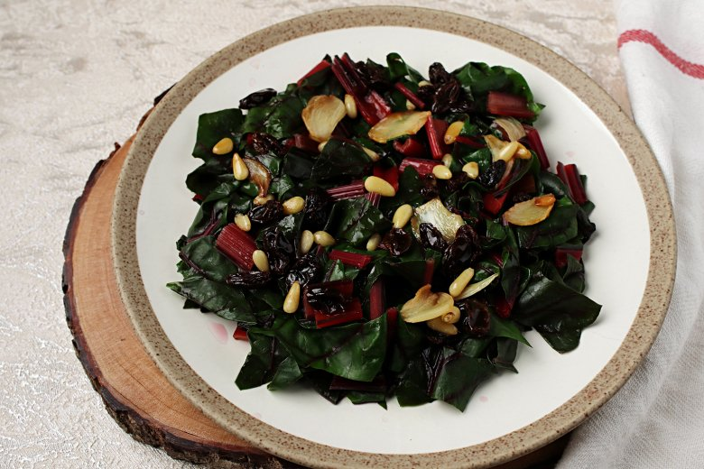 Mangold mit Rosinen und Pinienkernen