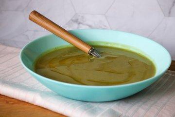 Vegane Brokkolicremesuppe mit weißen Bohnen