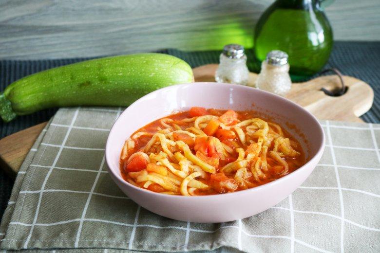 Vegane und glutenfreie Zucchinispagetti