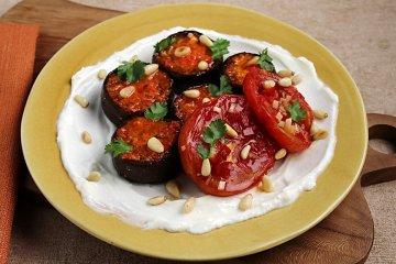 Geröstete Auberginen mit Tomaten und Pinienkernen