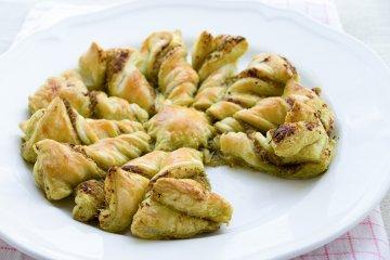 Gewrungener Blätterteig-Kuchen mit Oliven, Pinienkernen und Pesto