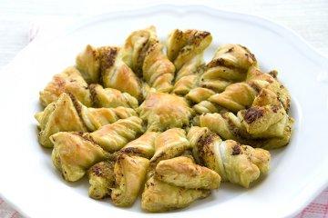 Gewrungener Blätterteig-Kuchen mit Pesto