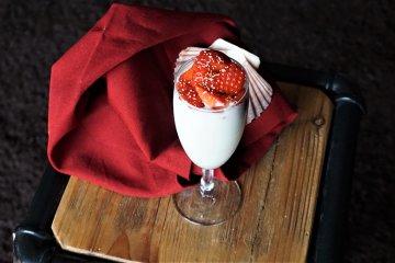 Vanilledessert mit Amarant und Erdbeeren