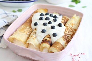 Gefüllte Pfannkuchen mit Quarkcreme und Blaubeeren