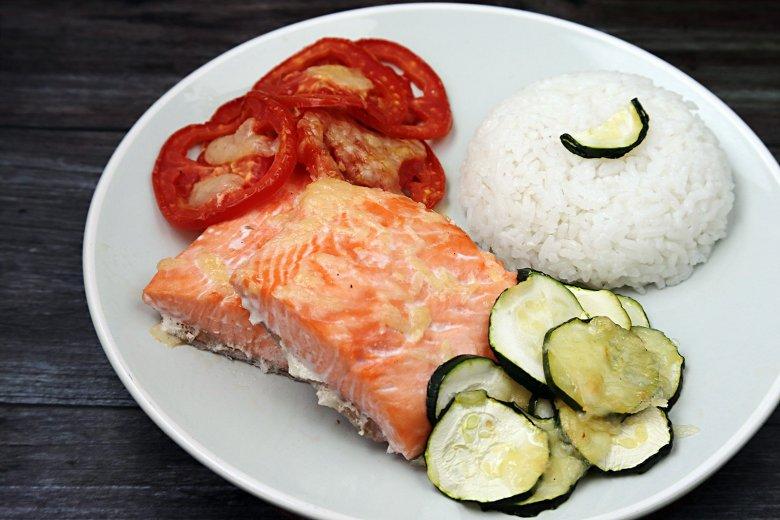 Lachsfilet mit Zucchini und Tomaten