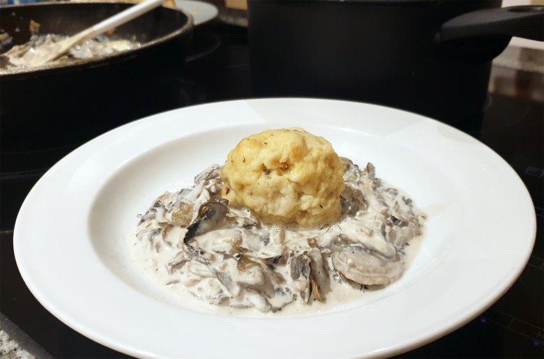 Semmelknödel mit Pilzrahmsoße