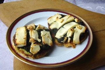 Pancakes mit Käse und Spinat
